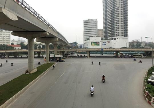 Người dân hạn chế ra đường trong dịch Covid-19, đường phố Hà Nội vắng như Tết - Ảnh 15.