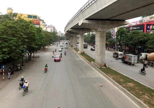 Người dân hạn chế ra đường trong dịch Covid-19, đường phố Hà Nội vắng như Tết - Ảnh 14.