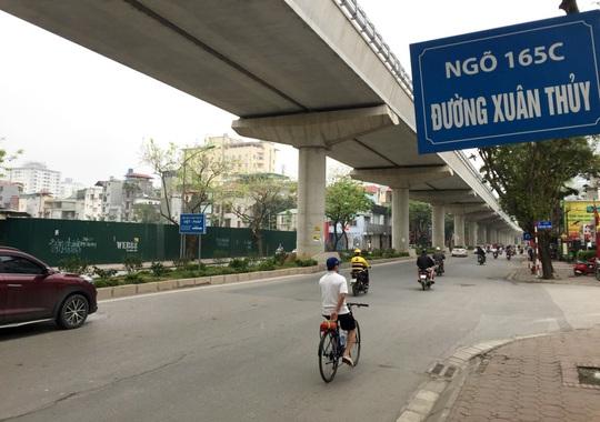 Người dân hạn chế ra đường trong dịch Covid-19, đường phố Hà Nội vắng như Tết - Ảnh 16.