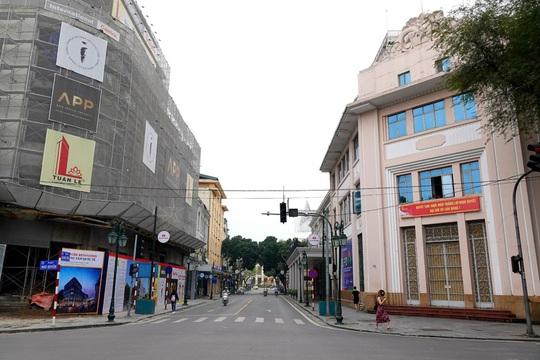 Người dân hạn chế ra đường trong dịch Covid-19, đường phố Hà Nội vắng như Tết - Ảnh 11.