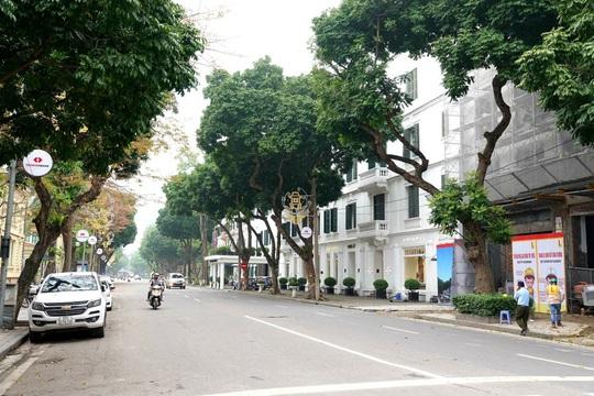 Người dân hạn chế ra đường trong dịch Covid-19, đường phố Hà Nội vắng như Tết - Ảnh 9.
