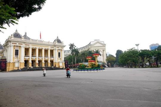 Người dân hạn chế ra đường trong dịch Covid-19, đường phố Hà Nội vắng như Tết - Ảnh 3.