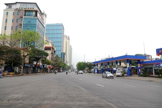 Người dân hạn chế ra đường trong dịch Covid-19, đường phố Hà Nội vắng như Tết - Ảnh 12.