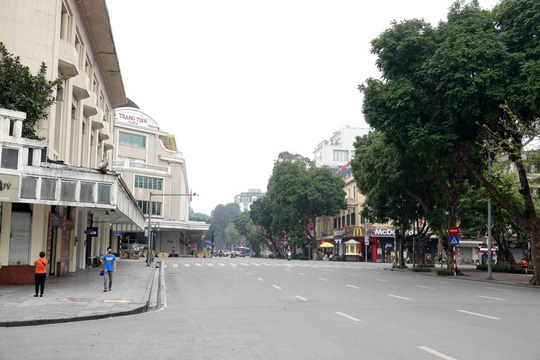 Người dân hạn chế ra đường trong dịch Covid-19, đường phố Hà Nội vắng như Tết - Ảnh 4.