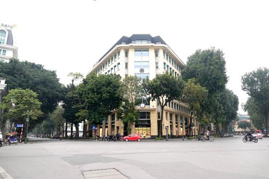Người dân hạn chế ra đường trong dịch Covid-19, đường phố Hà Nội vắng như Tết - Ảnh 2.