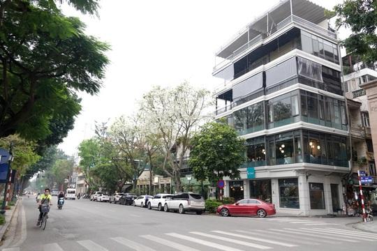 Người dân hạn chế ra đường trong dịch Covid-19, đường phố Hà Nội vắng như Tết - Ảnh 10.