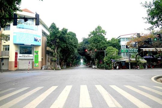 Người dân hạn chế ra đường trong dịch Covid-19, đường phố Hà Nội vắng như Tết - Ảnh 6.