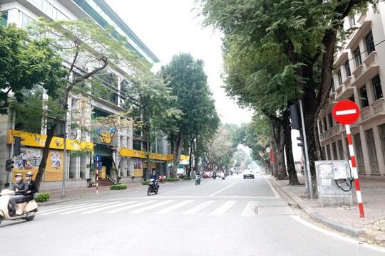 Người dân hạn chế ra đường trong dịch Covid-19, đường phố Hà Nội vắng như Tết - Ảnh 5.