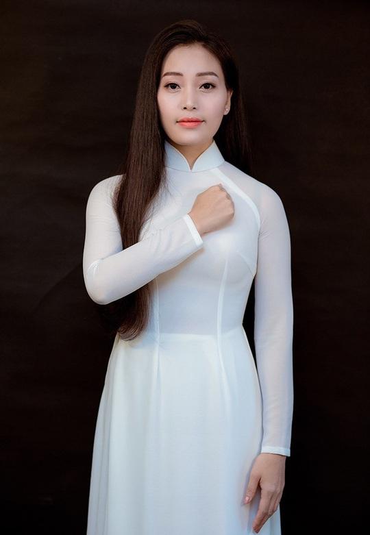 Sao mai Huyền Trang hát tặng y bác sĩ trong mùa dịch Covid-19 - Ảnh 1.