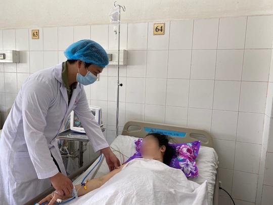 30 phút phẫu thuật lấy 200g máu cục trong buồng trứng của nữ bệnh nhân - Ảnh 2.