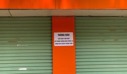 CLIP: Hàng loạt cửa hàng cửa đóng then cài để chống dịch Covid-19 - Ảnh 3.