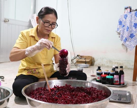 Người phụ nữ U60 ở miền Tây khởi nghiệp từ hoa atiso đỏ - Ảnh 2.