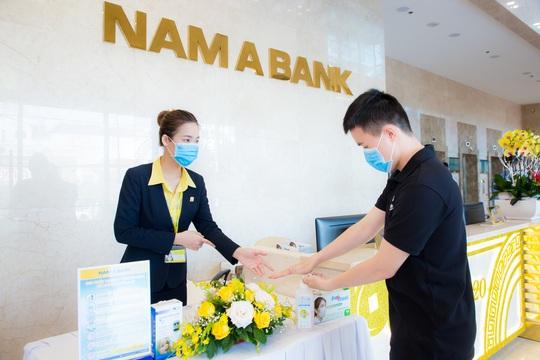 Nam A Bank tặng bảo hiểm sức khỏe Covid-19 cho cán bộ nhân viên - Ảnh 2.