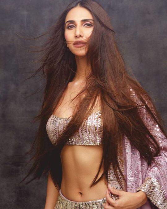 Mê mẩn ngắm mỹ nhân Ấn Độ nổi tiếng sở hữu vẻ đẹp siêu thực - Ảnh 4.