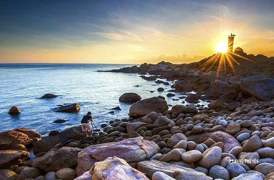 Hải đăng Gành Đèn – Vẻ đẹp hoang sơ đến nao lòng - Ảnh 1.