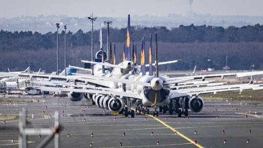 Hàng ngàn phi cơ nằm la liệt ở các sân bay trên thế giới - Ảnh 1.
