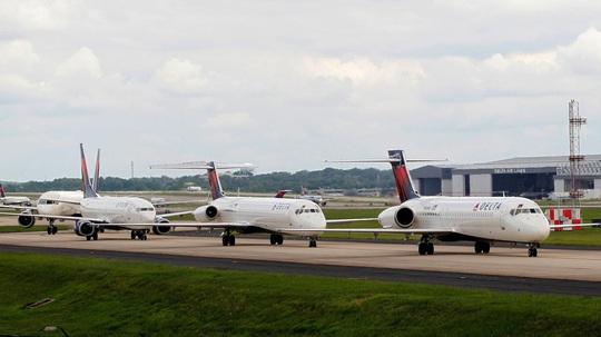 Hàng ngàn phi cơ nằm la liệt ở các sân bay trên thế giới - Ảnh 2.