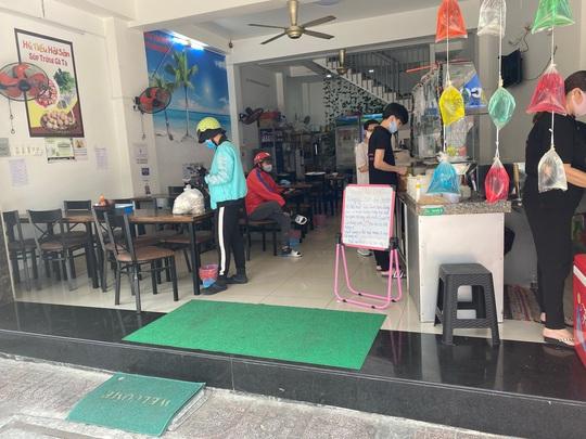 Nhiều quán ăn vẫn mở cửa bán kiếm đồng ra, đồng vào - Ảnh 9.