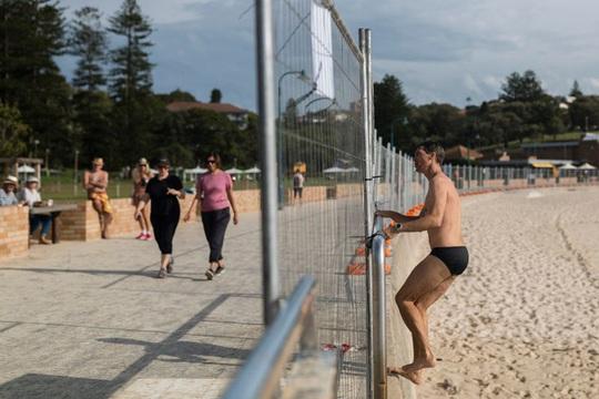 Covid-19: Dân Úc chui rào đi bơi, người New Zealand phớt lờ lệnh phong tỏa - Ảnh 2.