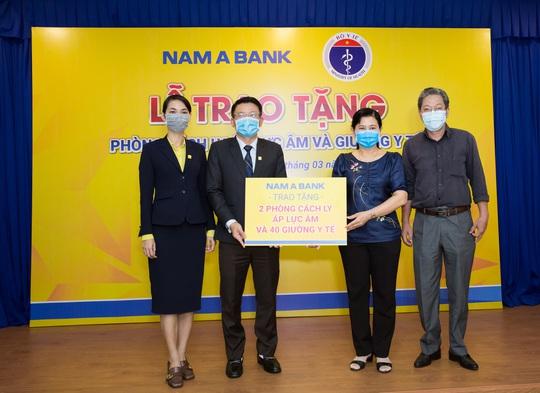 Nam A Bank trao tặng 2 phòng cách ly áp lực âm và 40 giường y tế chống dịch Covid-19 - Ảnh 1.
