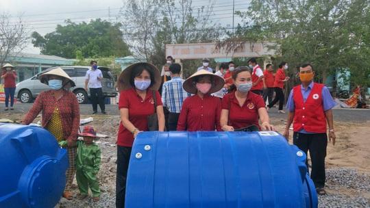 CLIP: Phu nhân Nguyên Chủ tịch nước Trương Tấn Sang mang niềm vui đến 8 tỉnh vùng hạn, mặn - Ảnh 2.