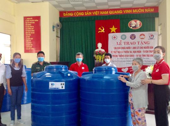 CLIP: Phu nhân Nguyên Chủ tịch nước Trương Tấn Sang mang niềm vui đến 8 tỉnh vùng hạn, mặn - Ảnh 22.
