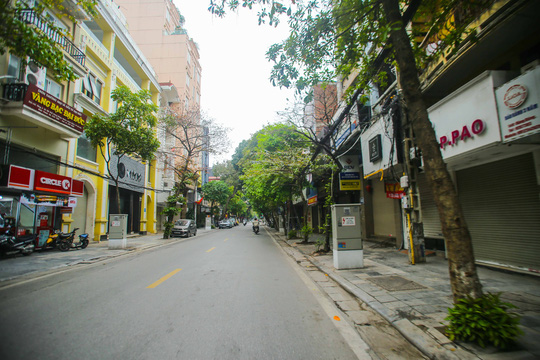 Đường xá, hàng quán vắng tanh sau yêu cầu hạn chế tụ tập nơi đông người của Thủ tướng - Ảnh 3.