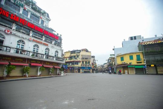 Đường xá, hàng quán vắng tanh sau yêu cầu hạn chế tụ tập nơi đông người của Thủ tướng - Ảnh 10.