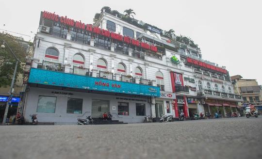 Đường xá, hàng quán vắng tanh sau yêu cầu hạn chế tụ tập nơi đông người của Thủ tướng - Ảnh 11.