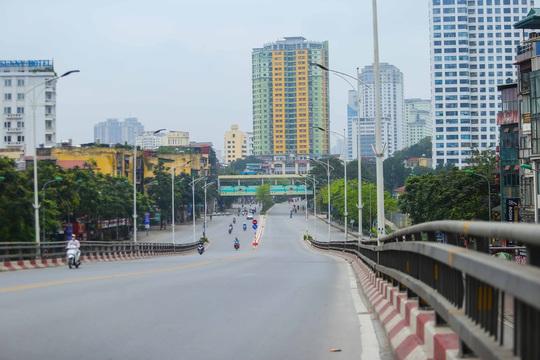 Đường xá, hàng quán vắng tanh sau yêu cầu hạn chế tụ tập nơi đông người của Thủ tướng - Ảnh 12.