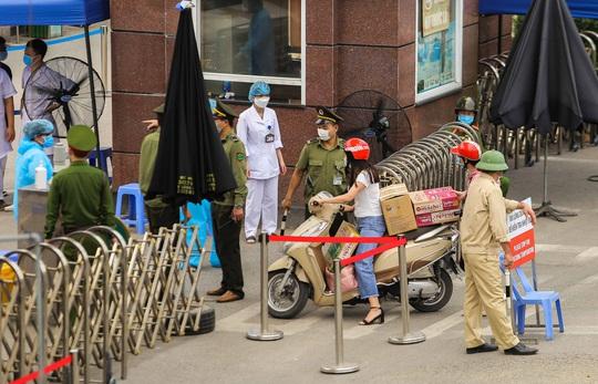 Sau lệnh cách ly, cố mang đồ tiếp tế cho thân nhân trong Bệnh viện Bạch Mai - Ảnh 7.