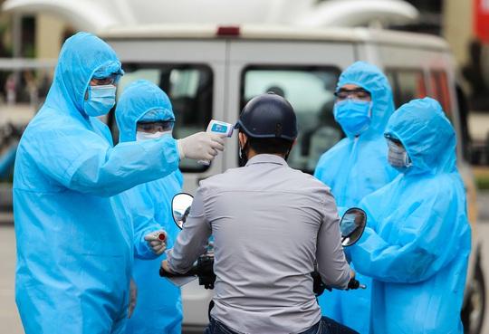 Sau lệnh cách ly, cố mang đồ tiếp tế cho thân nhân trong Bệnh viện Bạch Mai - Ảnh 4.