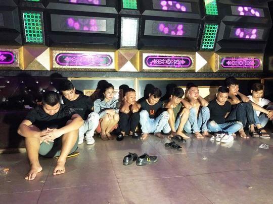10 thanh niên nam, nữ tổ chức đại tiệc sinh nhật bằng ma túy trong quán karaoke - Ảnh 1.