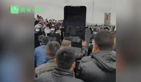 Cảnh sát, người dân Trung Quốc xô đẩy nhau sau lệnh bỏ phong tỏa Hồ Bắc - Giang Tây - Ảnh 2.