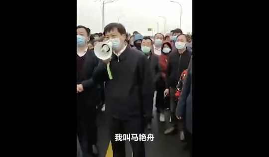Cảnh sát, người dân Trung Quốc xô đẩy nhau sau lệnh bỏ phong tỏa Hồ Bắc - Giang Tây - Ảnh 3.
