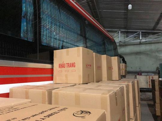 Quản lý thị trường TP HCM đánh úp đầu nậu chuẩn bị đưa 1 triệu khẩu trang ra nước ngoài - Ảnh 3.