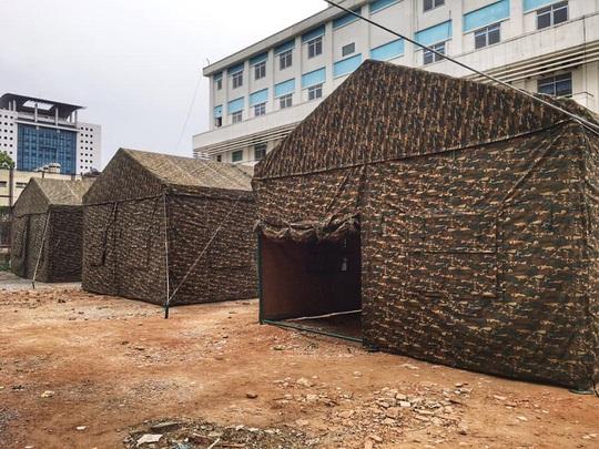 Quân đội dựng bệnh viện dã chiến trong Bệnh viện Bạch Mai - Ảnh 2.