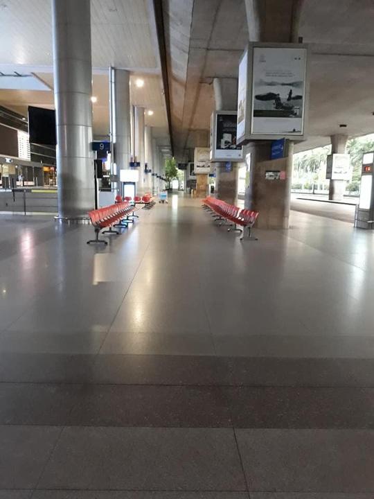 Sân bay Tân Sơn Nhất vắng bóng người sau lệnh hạn chế bay - Ảnh 13.