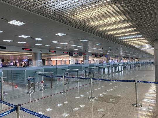 Sân bay Tân Sơn Nhất vắng bóng người sau lệnh hạn chế bay - Ảnh 12.