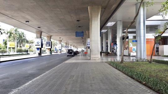 Sân bay Tân Sơn Nhất vắng bóng người sau lệnh hạn chế bay - Ảnh 11.