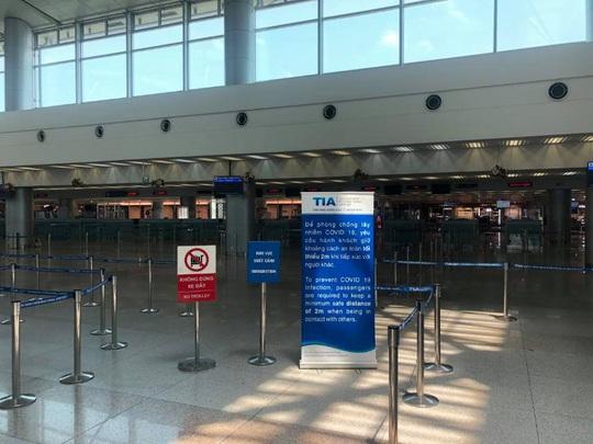 Sân bay Tân Sơn Nhất vắng bóng người sau lệnh hạn chế bay - Ảnh 7.