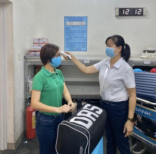 Sân bay Tân Sơn Nhất vắng bóng người sau lệnh hạn chế bay - Ảnh 9.