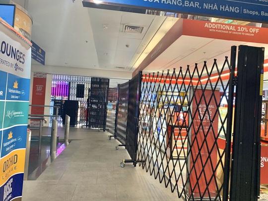 Sân bay Tân Sơn Nhất vắng bóng người sau lệnh hạn chế bay - Ảnh 8.