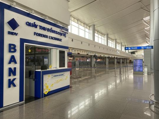 Sân bay Tân Sơn Nhất vắng bóng người sau lệnh hạn chế bay - Ảnh 5.