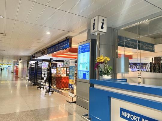 Sân bay Tân Sơn Nhất vắng bóng người sau lệnh hạn chế bay - Ảnh 2.