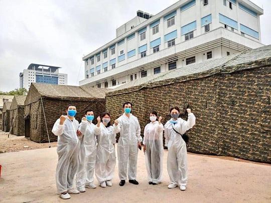 Quân đội dựng bệnh viện dã chiến trong Bệnh viện Bạch Mai - Ảnh 1.