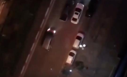 3 ôtô rượt đuổi náo loạn khu phố, hỗn chiến nghi có nổ súng - Ảnh 1.