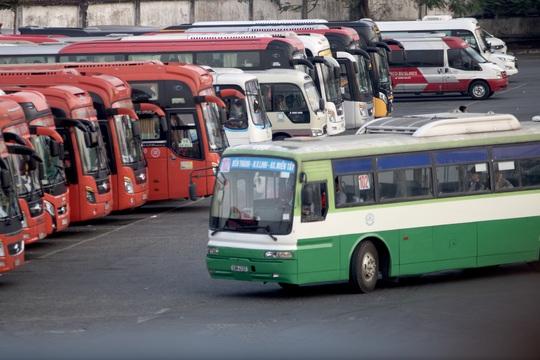 Dừng toàn bộ hoạt động xe khách, taxi, xe như Grab..., tại TP HCM trong 15 ngày - Ảnh 1.