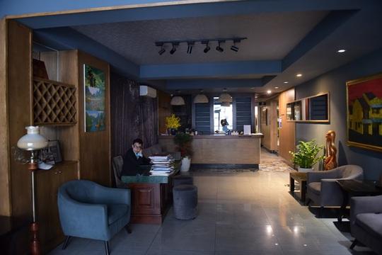 CLIP: Khách sạn khu phố cổ Hà Nội cửa đóng then cài do dịch Covid-19 - Ảnh 5.