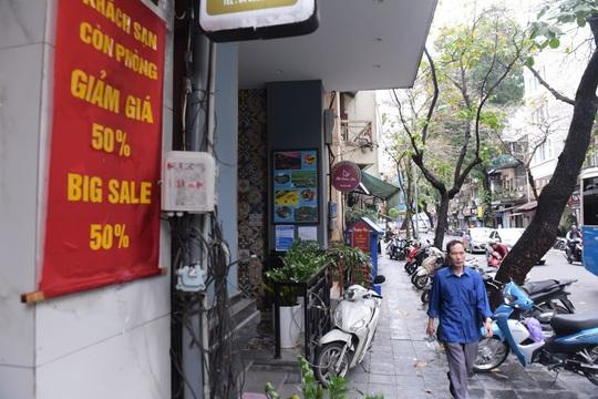 CLIP: Khách sạn khu phố cổ Hà Nội cửa đóng then cài do dịch Covid-19 - Ảnh 8.